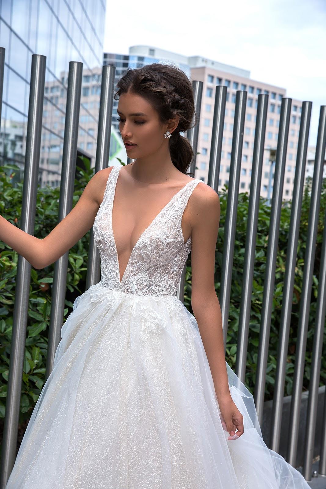2fe76c494e3d97 Для більшого комфорту наречених, дизайнери вкривають вирізи прозорою  сіткою, яка створює ефект глибокого декольте. Такі сукні візуально  видовжують шию ...